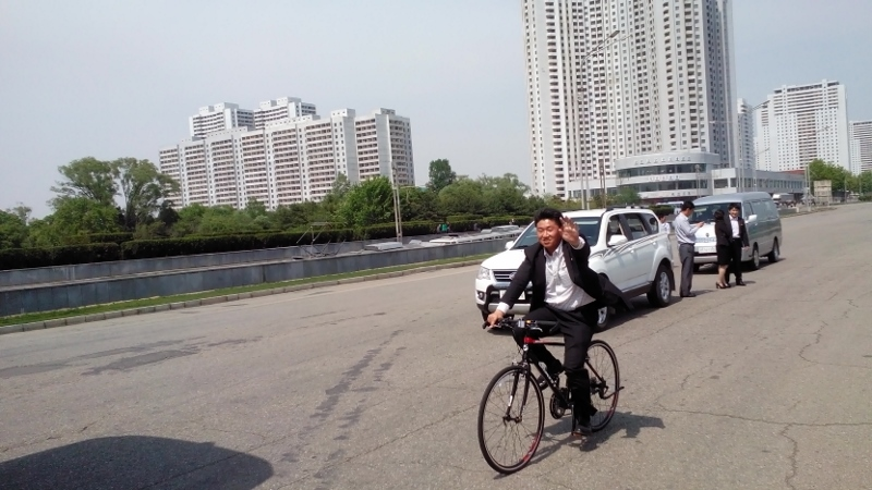 Een gids fietst met ons mee in Noord Korea! Foto: Ruud Boon