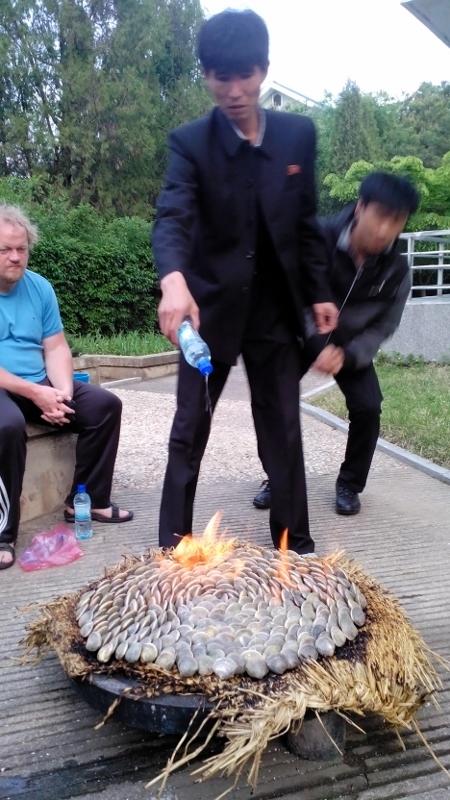 Noord-Koreaan gooit olie op het vuur! Schelpen eten!
