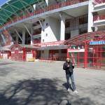 Poseren voor het stadion van Lokomotiv!