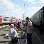 Eten kopen tijdens korte stop van Transmongolie trein!