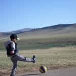 Mongoolse jongen speelt voetbal! Foto: Ruud Boon