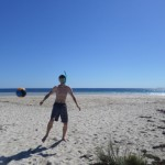 Voetballen op strand Coral Bay!